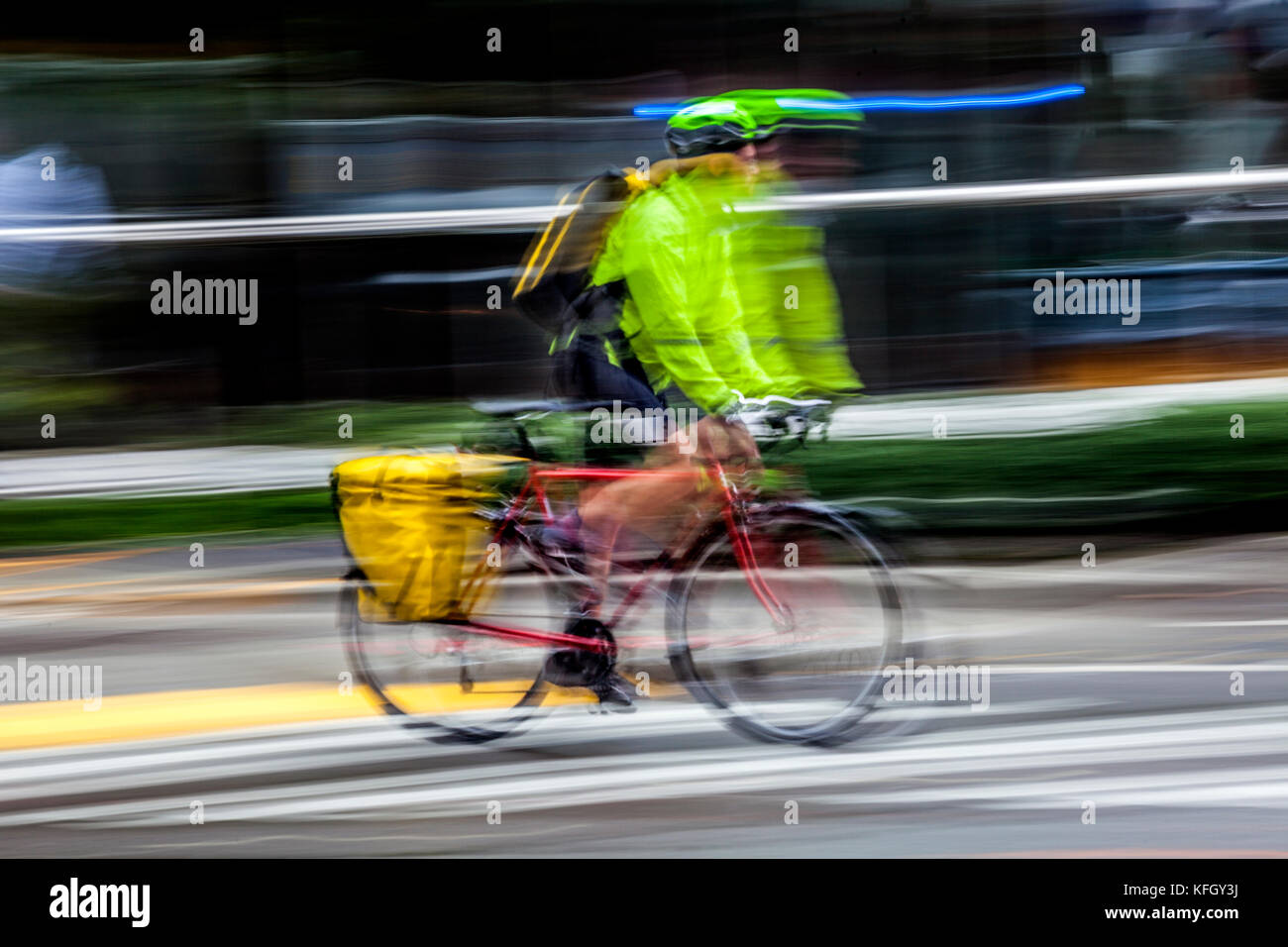 WA14185-00...WASHINGTON - Bicycle ridder on a wet day in down town Seattle. (No MR) - Stock Image