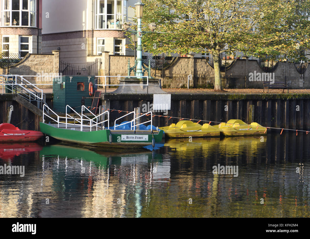 Butts Ferry is manually operated by hauling on a fixed cable. It crosses the River Exe at The Quay in Exeter. Exeter, - Stock Image