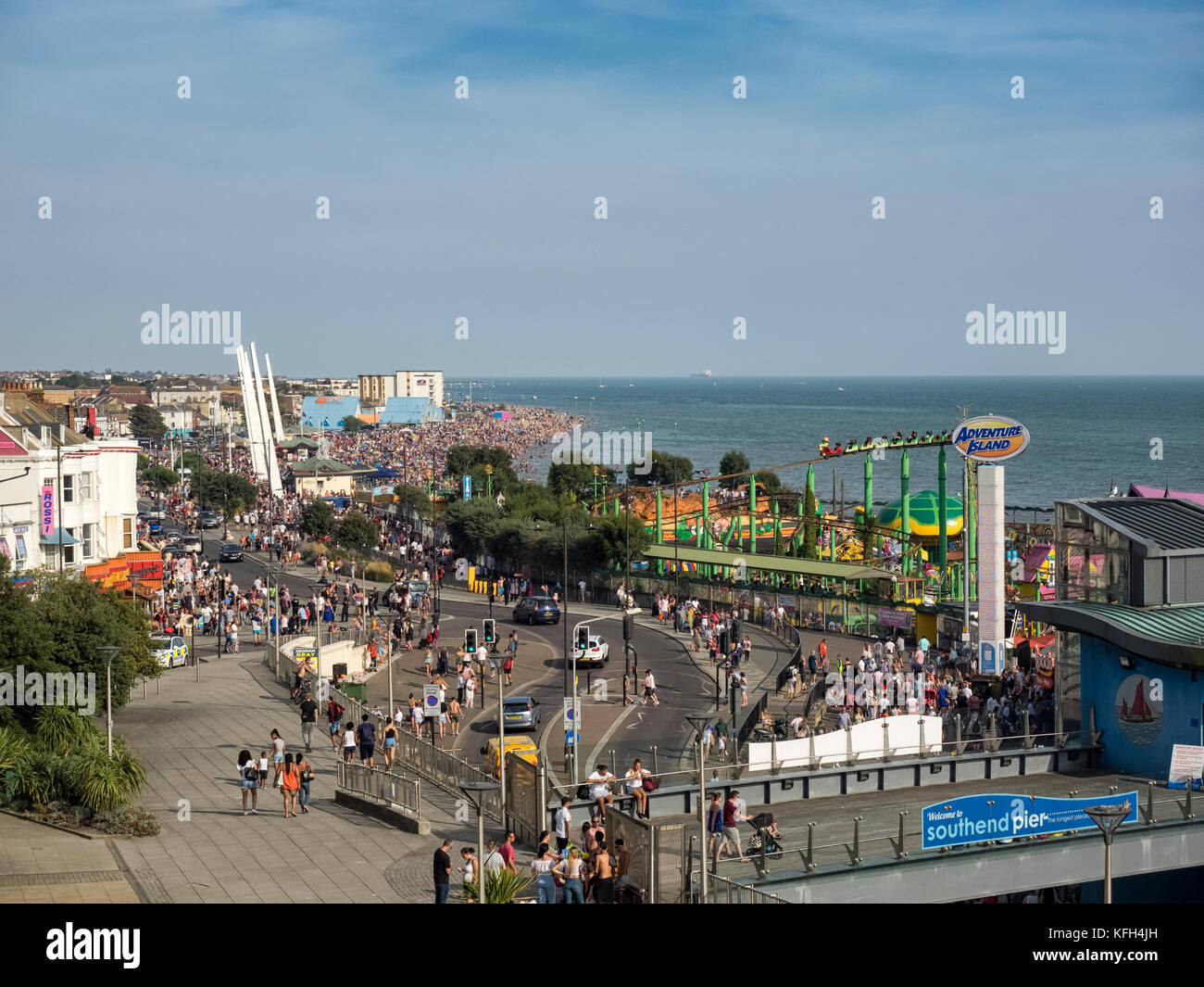 SOUTHEND-ON-SEA, ESSEX:  View along Southend Seafront Promenade on a busy Bank Holiday Weekend - Stock Image
