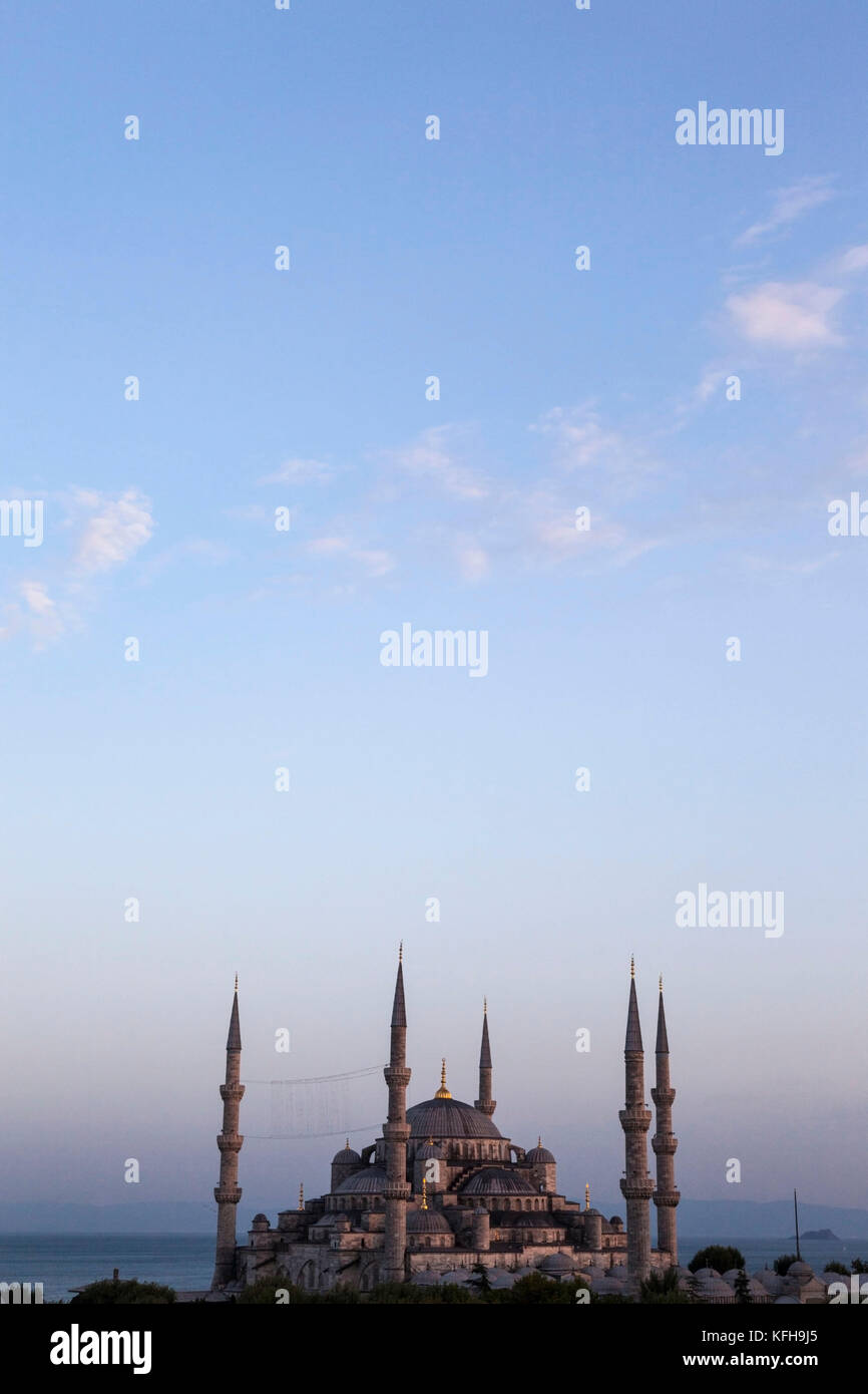 The Blue Mosque at twilight in Istanbul, Turkey. - Stock Image