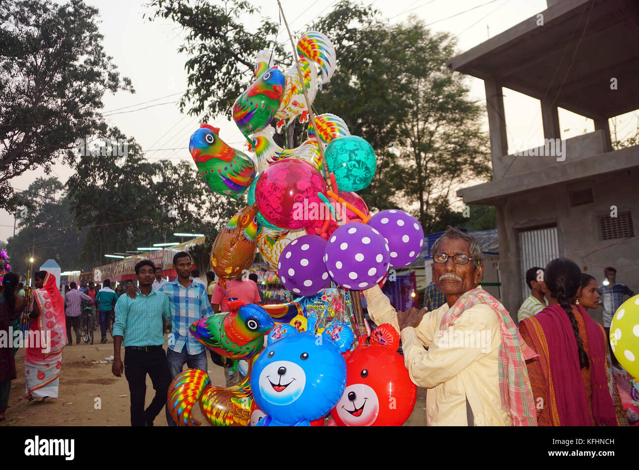 Chaibasa, Jharkhand, India. 29th Oct, 2017. A trader is selling balloon at Gaushala fair. Chaibasa Gaushala celebrated - Stock Image