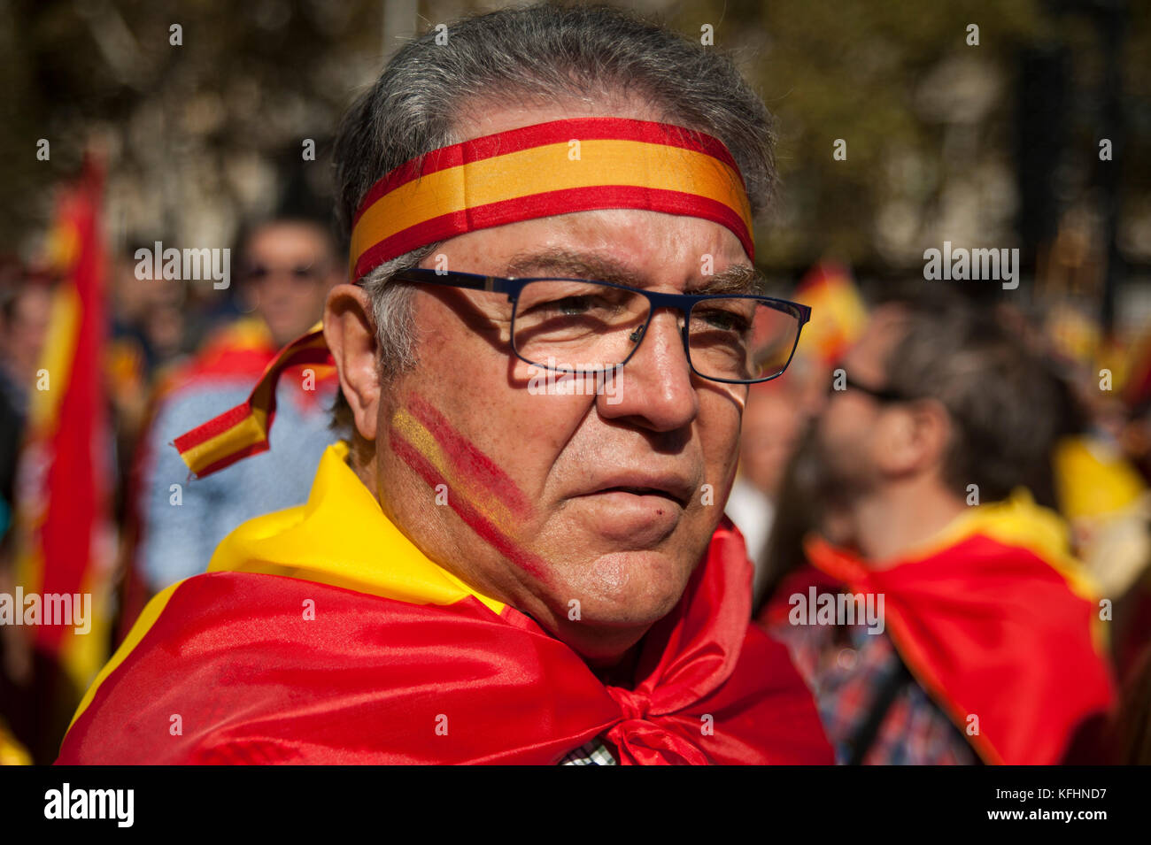 Barcelona, Spain. 29th Oct, 2017.  A nationalist full of Spanish flags listens to the attentive speech of 'Catalan - Stock Image