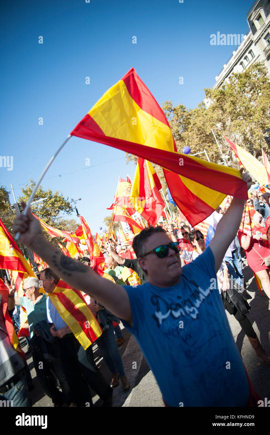 Barcelona, Spain. 29th Oct, 2017.  A man flies a Spanish flag while demonstrating against the declaration of independence - Stock Image