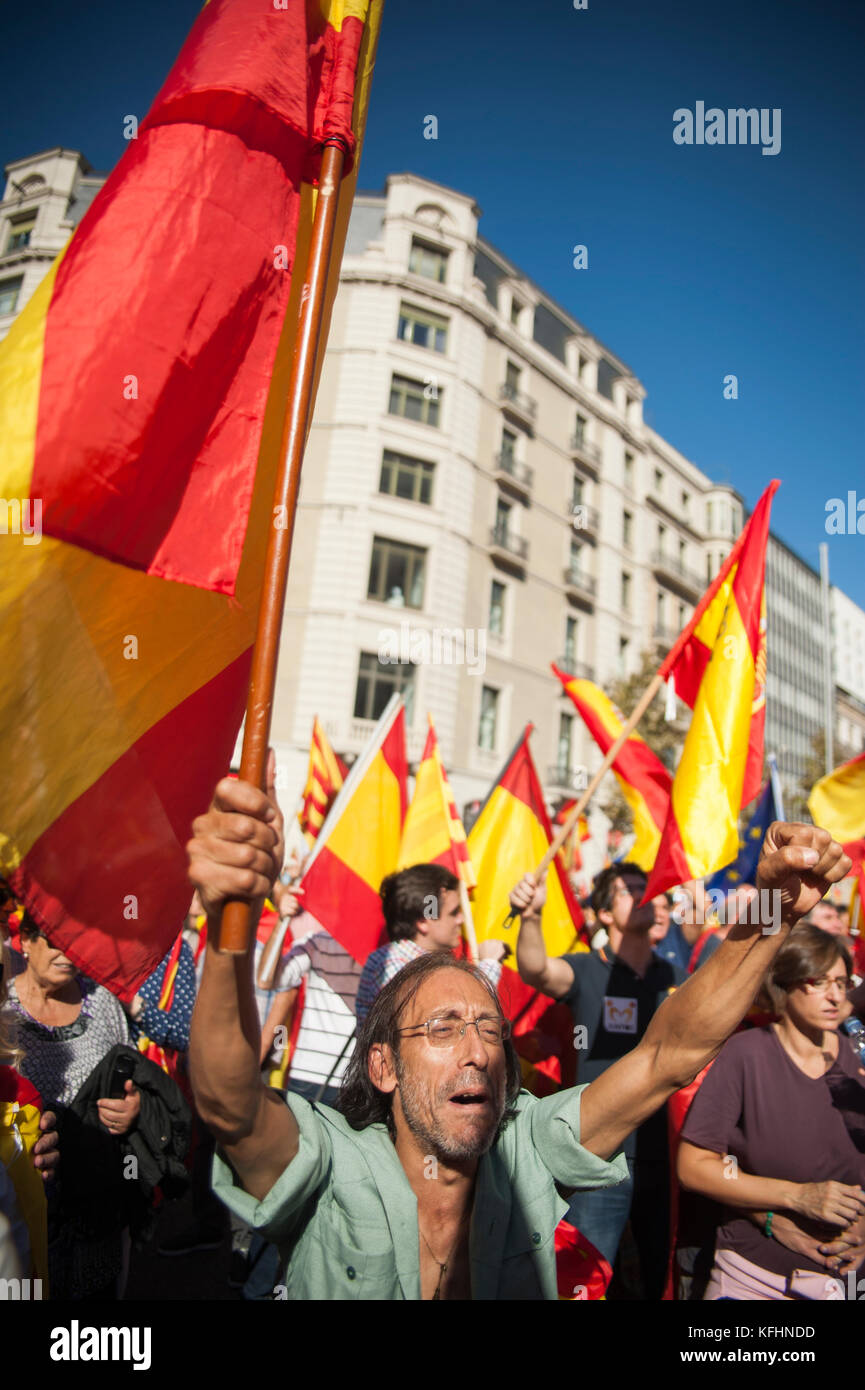 Barcelona, Spain. 29th Oct, 2017.  A former legionary knight cries out against the declaration of independence and - Stock Image