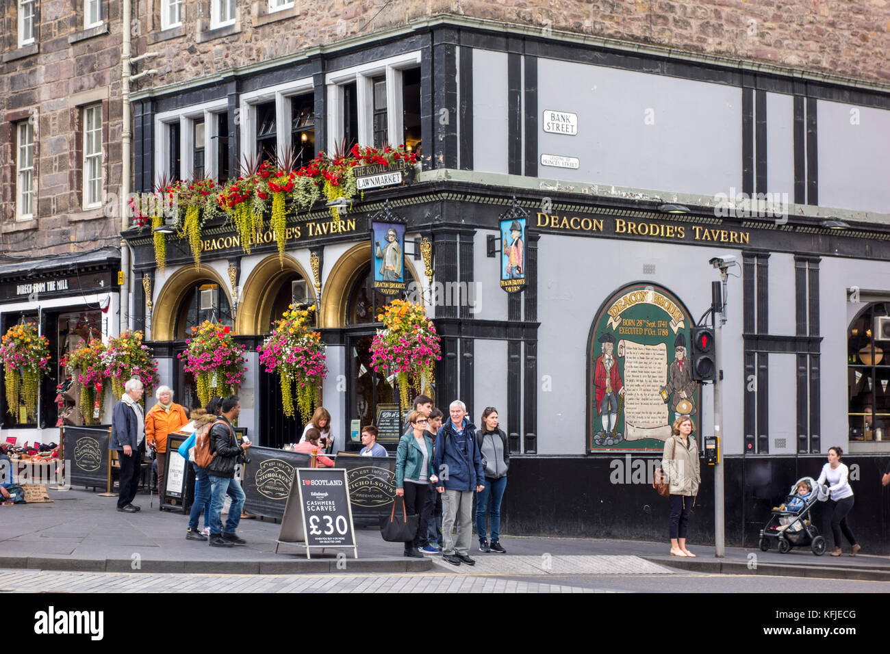 Sign and exterior of Deacon Brodie's Tavern, The Royal Mile, Lawnmarket, Bank Street, Edinburgh, Scotland, UK, - Stock Image