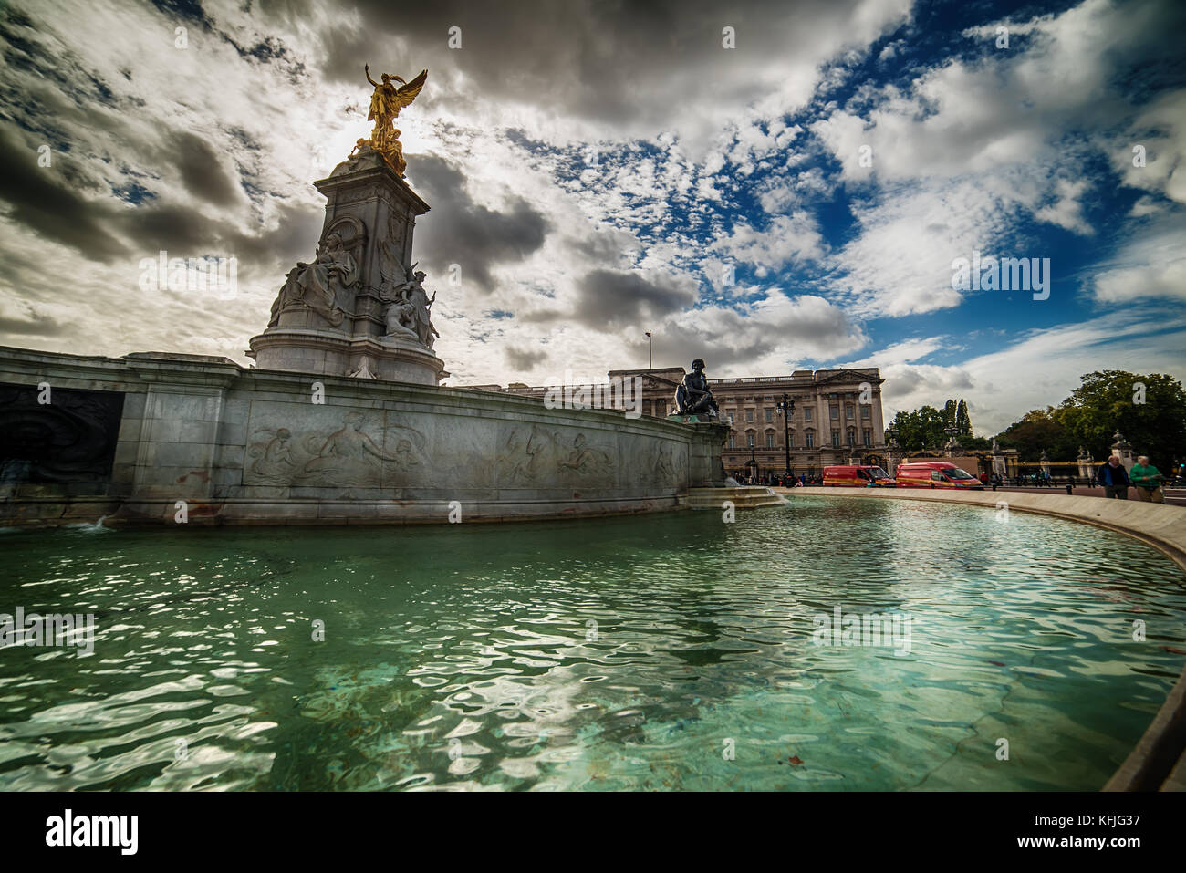 LONDON, THE UNITED KINGDOM – 2 OKTOBER, 2017: the Queen Victoria Memorial and Buckingham Palace - Stock Image