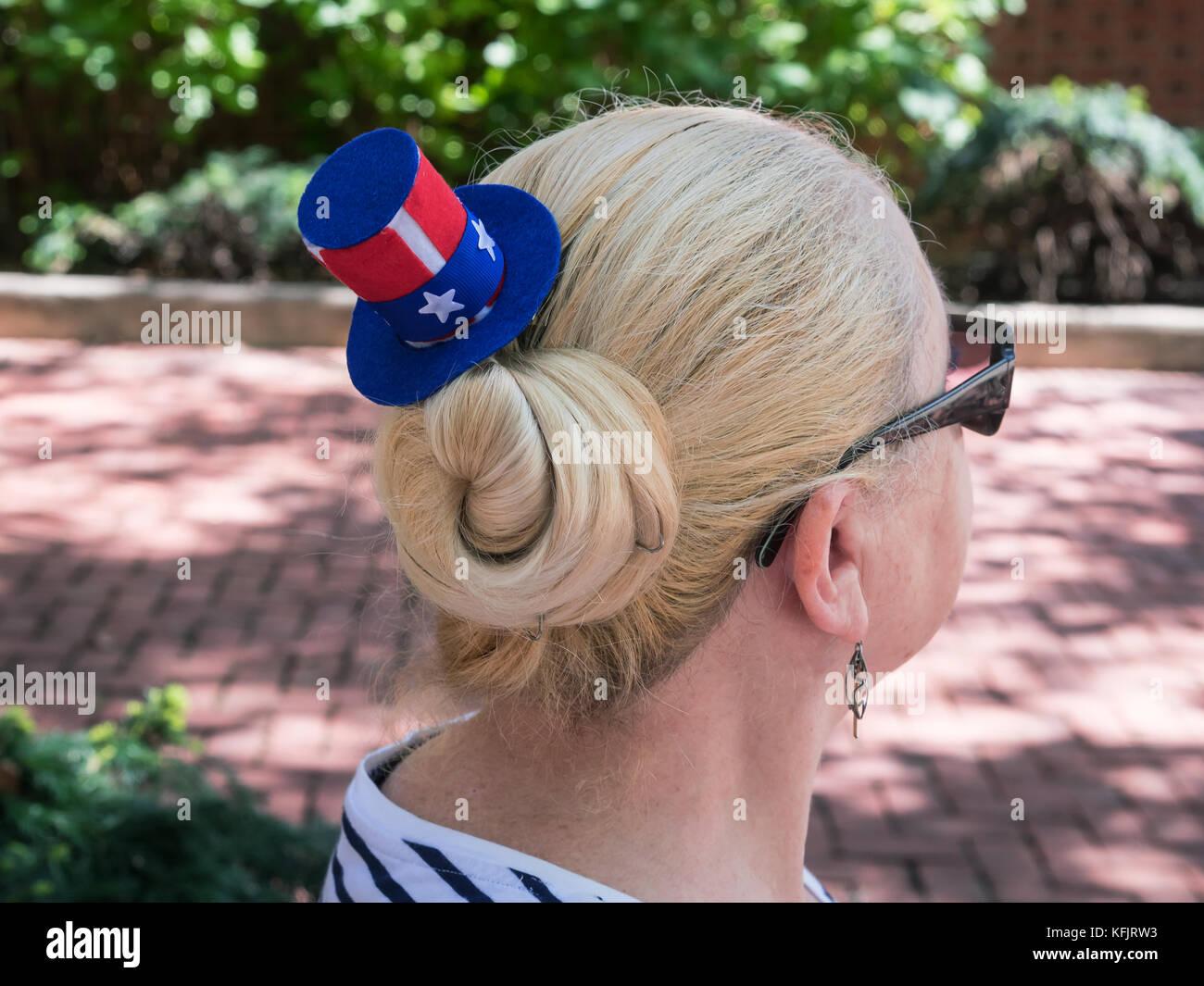 Tourist woman with American souvenir hat, Philadelphia, Pennsylvania, USA - Stock Image