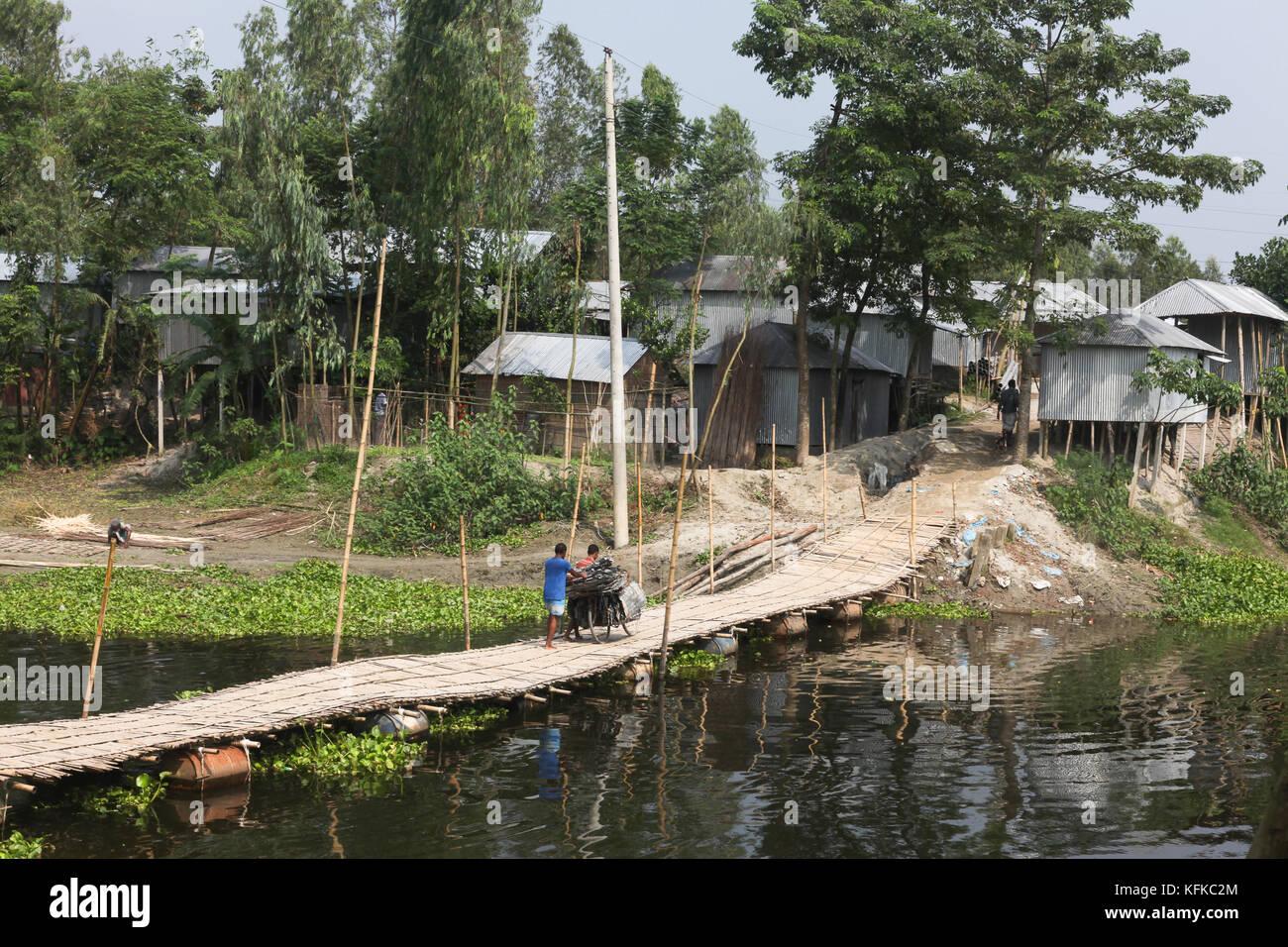 Bamboo pontoon bridge in Kalua village, Chhinni, Kurigram District, Bangladesh - Stock Image
