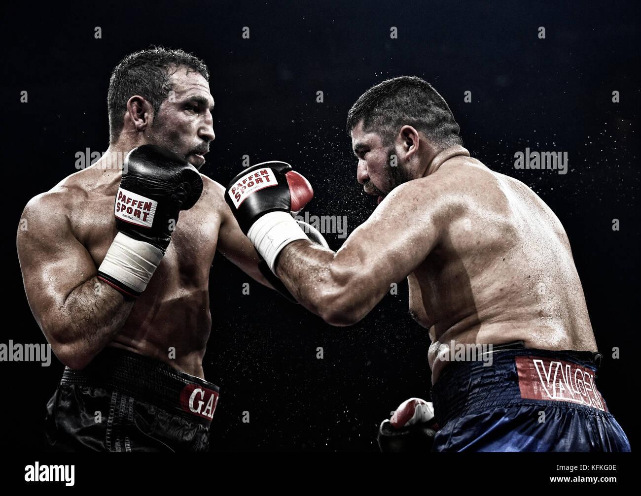 Boxing match, Firat Arslan, GBR, black trousers against Alejandro Emilio Valori, ARG, blue trousers, Hanns-Martin - Stock Image