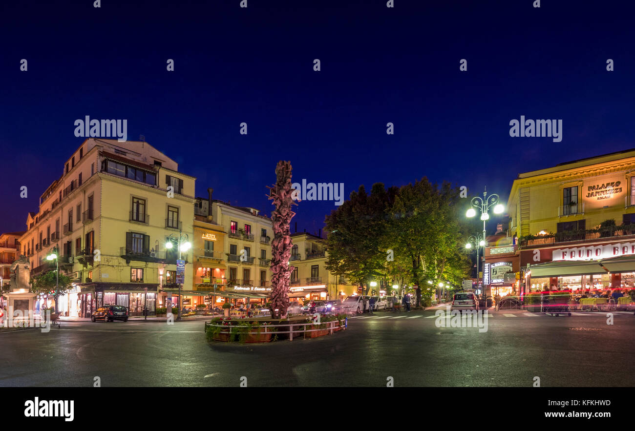 Bronze sculpture by Matteo Pugliese in the centre of Piazza Tasso at night. Sorrento, Italy. - Stock Image