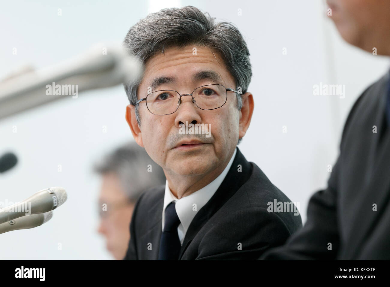 Tokyo, Japan. 30th Oct, 2017. Kobe Steel Ltd.'s Executive Vice President Naoto Umehara attends a news conference - Stock Image