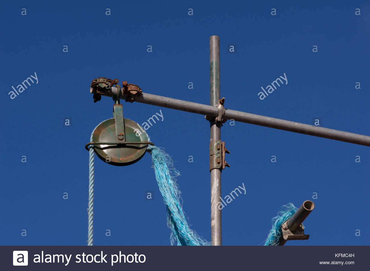 Pulley on scaffolding - Stock Image