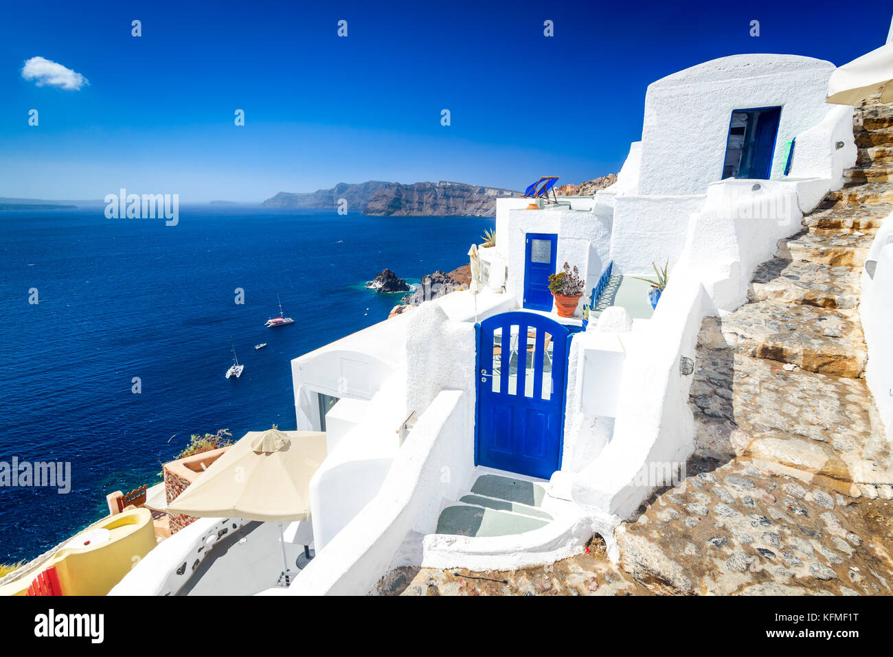 Santorini, Greece. Oia white willage cobbled street, famous attraction of Greek Cyclades Islands, Aegean Sea. - Stock Image