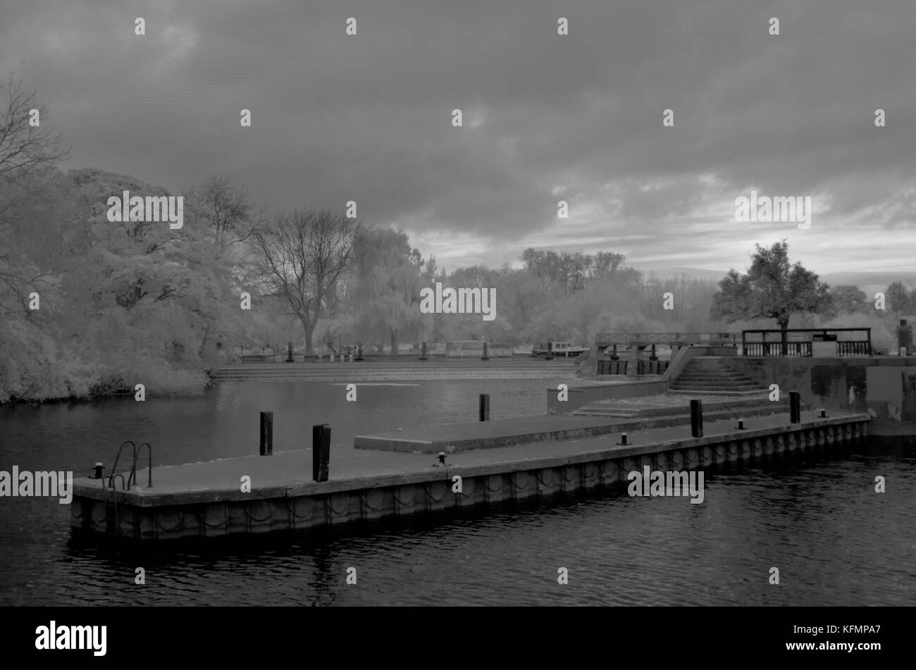 Infrared image of Goring weir, River Thames - Stock Image