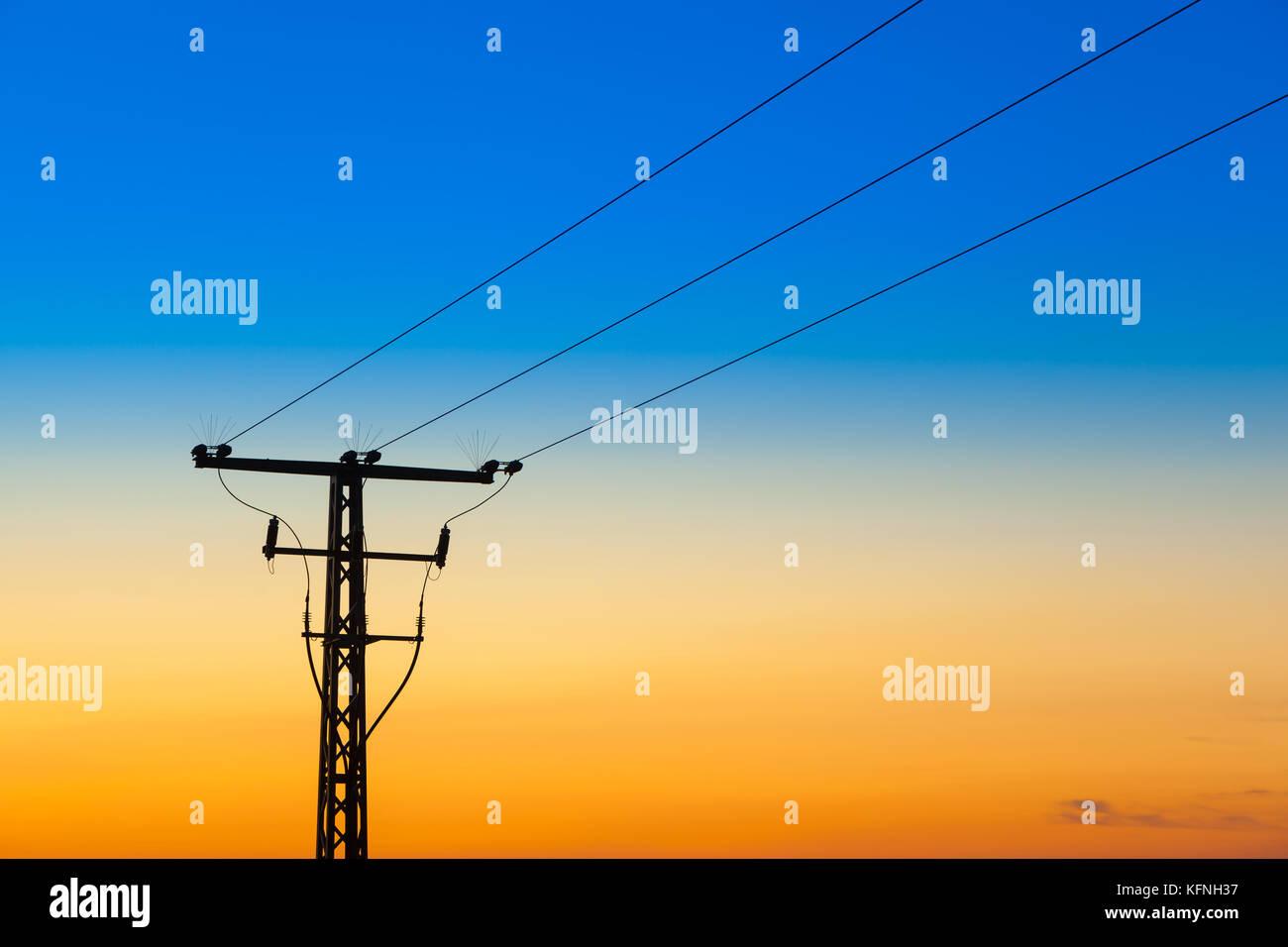 Gittermast gegen Nachtmimmel mit Fabverlauf blau orange - Stock Image