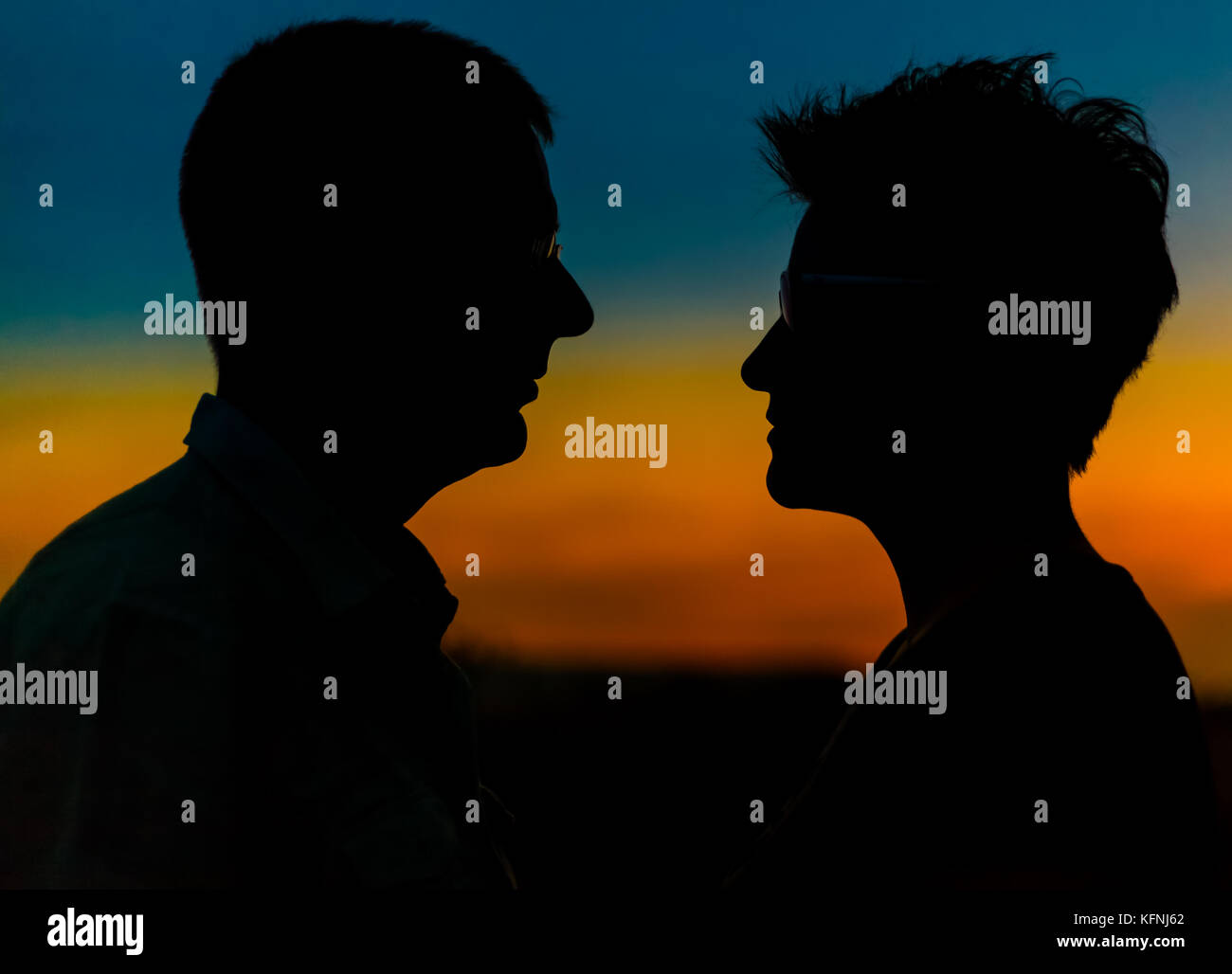 Silhouette Paar gegen Sonnenuntergang - Stock Image