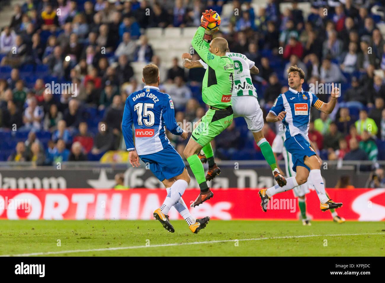 Barcelona, Spain. 30th Oct, 2017. RCD Espanyol goalkeeper Pau Lopez (1) during the match between RCD Espanyol against - Stock Image