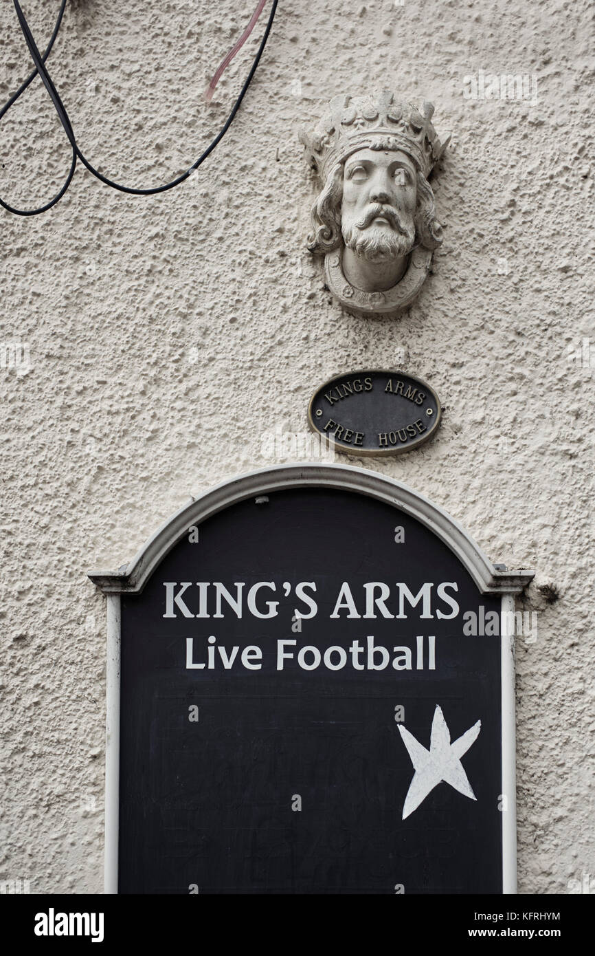King Arms pub in Middlewich with live football blackboard outside - Stock Image