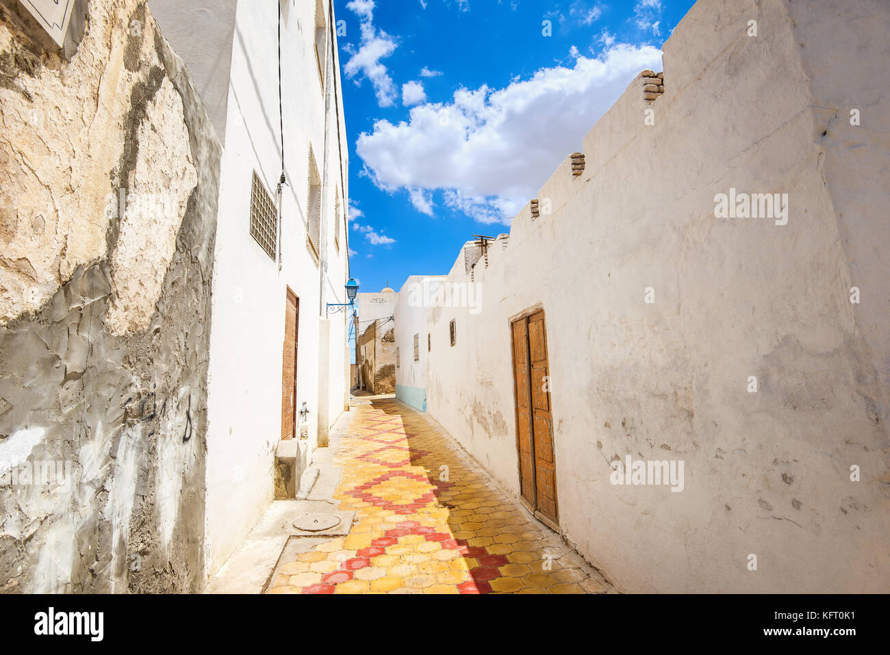 Cityscape with narrow street in Medina of Kairouan. Tunisia, North Africa - Stock Image