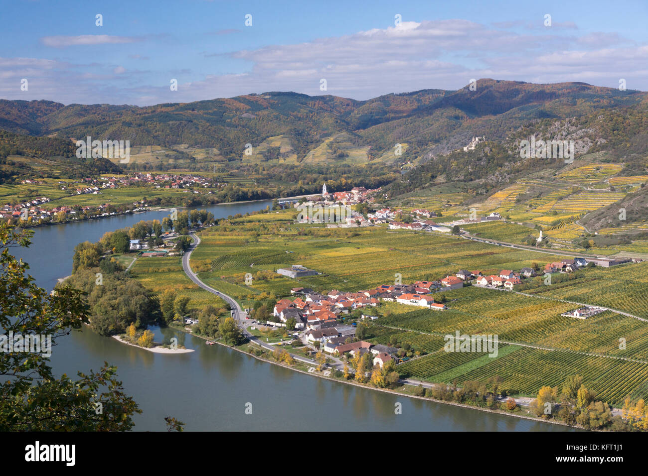 An autumnal view on the regional landmarks of the Abbey Church of Dürnstein and the ruined castle (Burgruine) - Stock Image