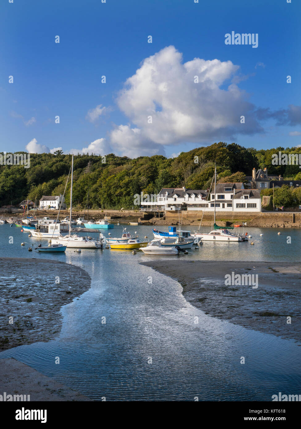Port Belon fishing harbour and boats at low tide with renowned Chez Jacky restaurant in background Port du Belon - Stock Image