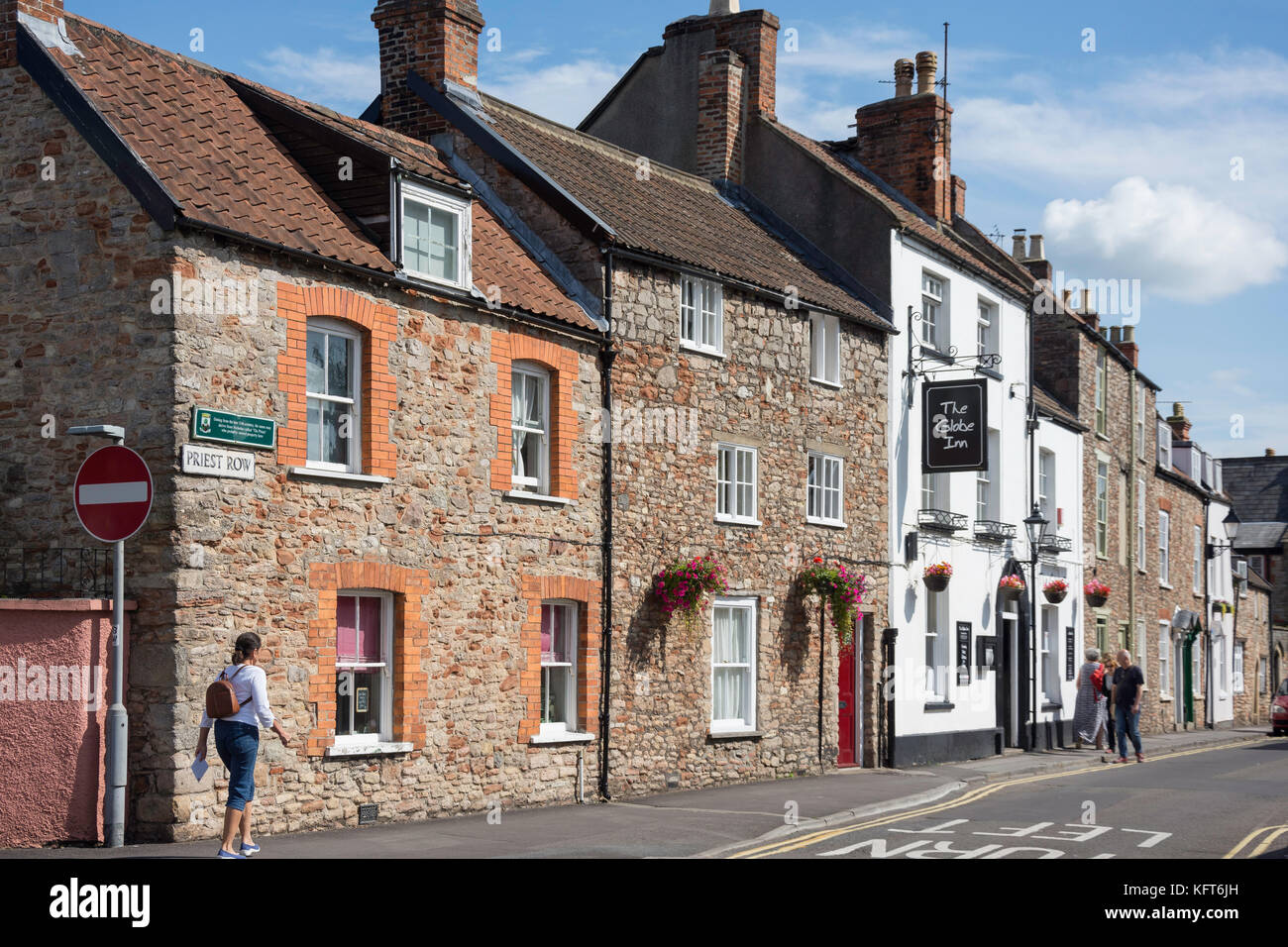 The Globe Inn and period cottages, Priest Row, Wells, Somerset, England, United Kingdom - Stock Image
