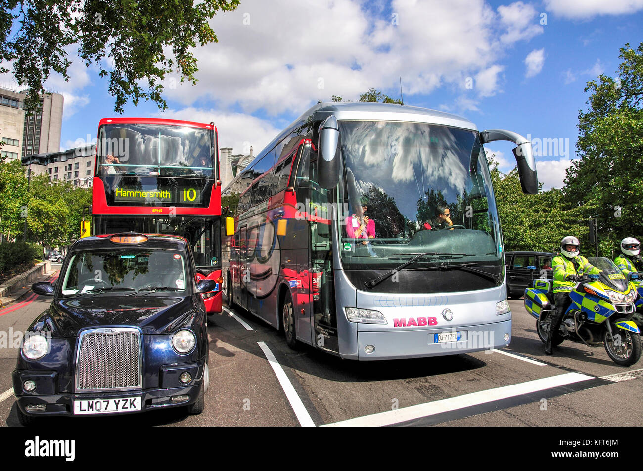 Traffic waiting at lights, Hyde Park Corner, City of Westminster, Greater London, England, United Kingdom - Stock Image