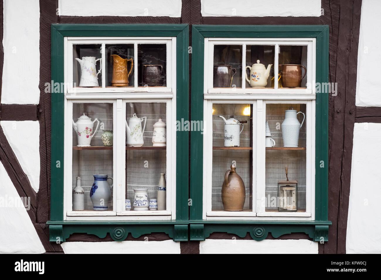 Fenster dekoriert mit Kaffee Kannen Stock Photo