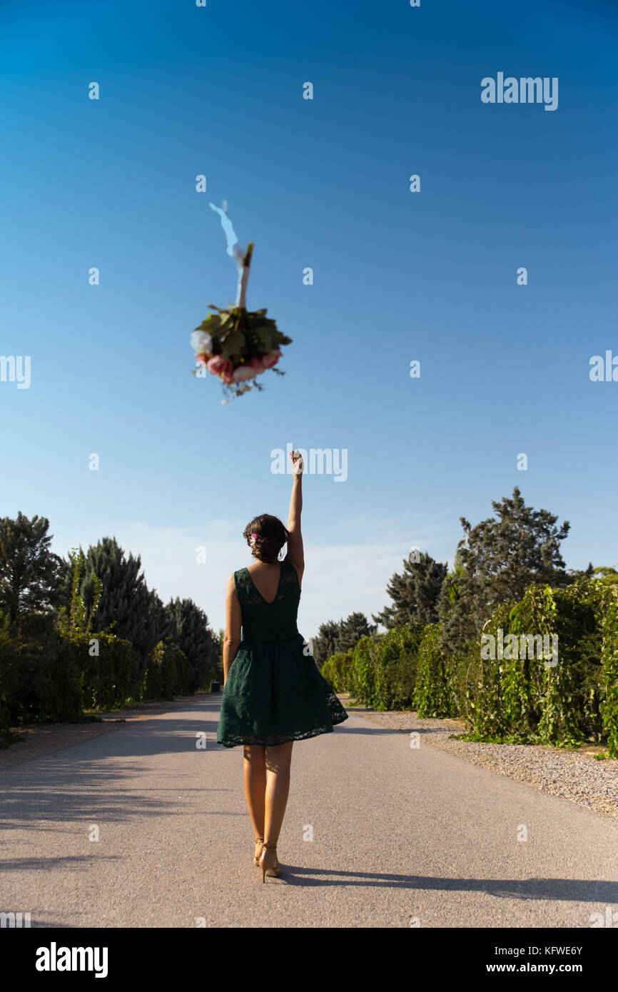 Bride throwing flowers - Stock Image