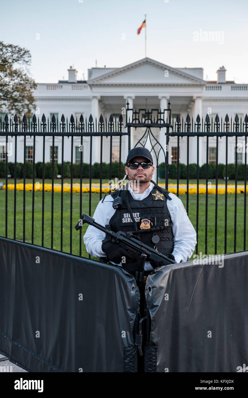 American Secret Service agent armed with a Heckler & Koch MP5 submachine gun standing behind a barricade in - Stock Image