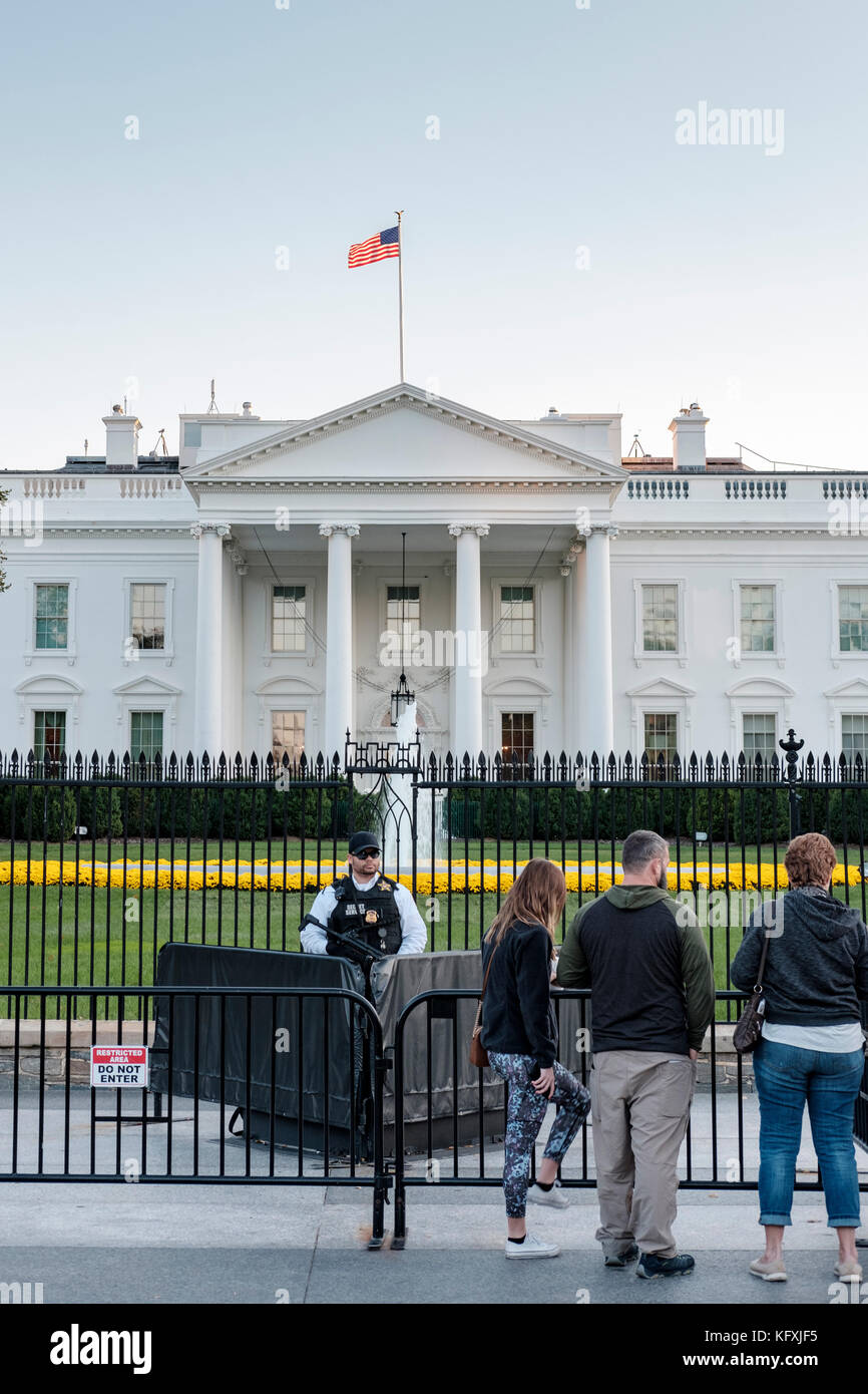 Armed American Secret Service agent standing behind a barricade in front of the White House in Washington, DC, United - Stock Image