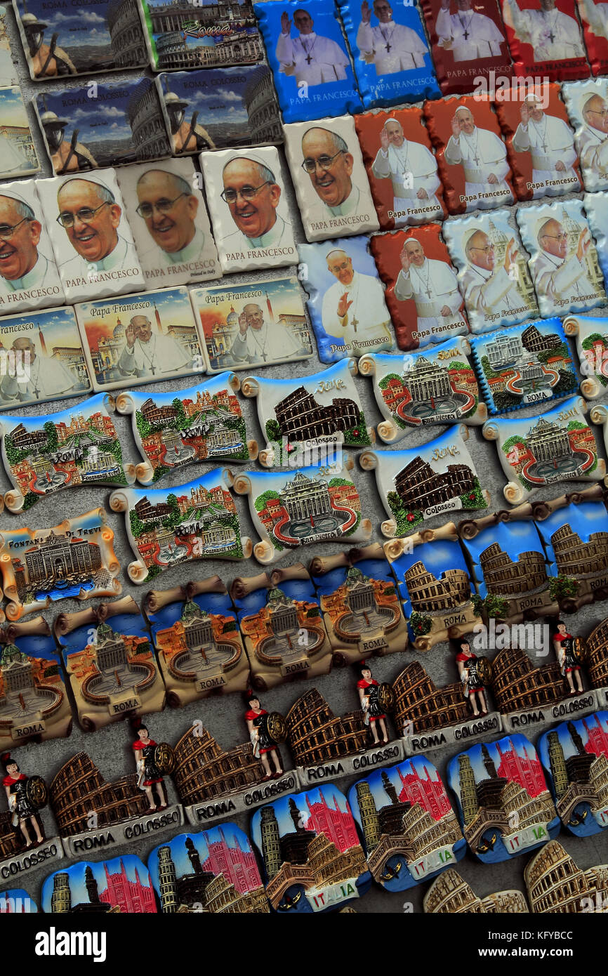 Commerce, présentoir, vente de souvenirs. Rome, Italie. - Stock Image