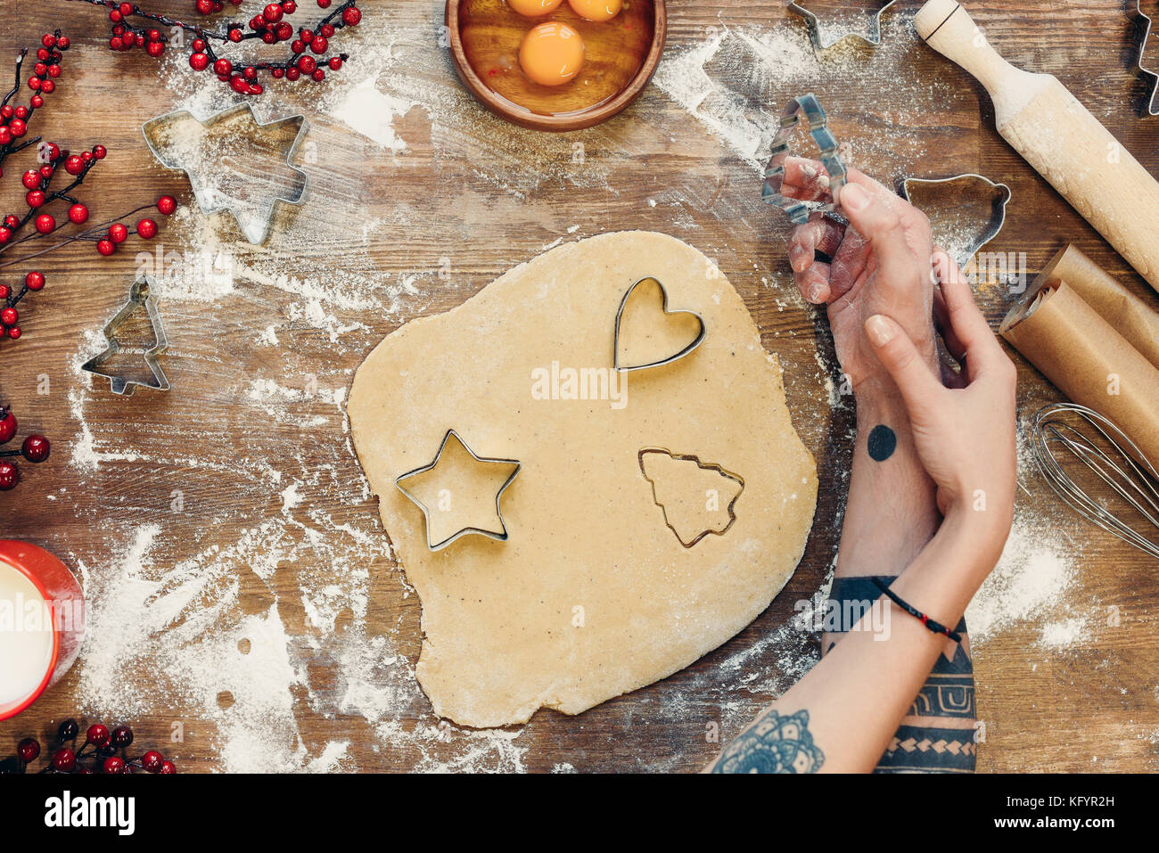 couple cooking gingerbread cookies - Stock Image