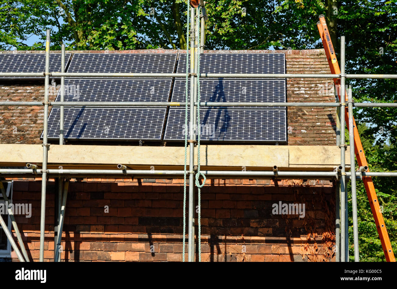 SOLAR POWER INSTALLATION DETACHED HOUSE ENGLAND UK - Stock Image