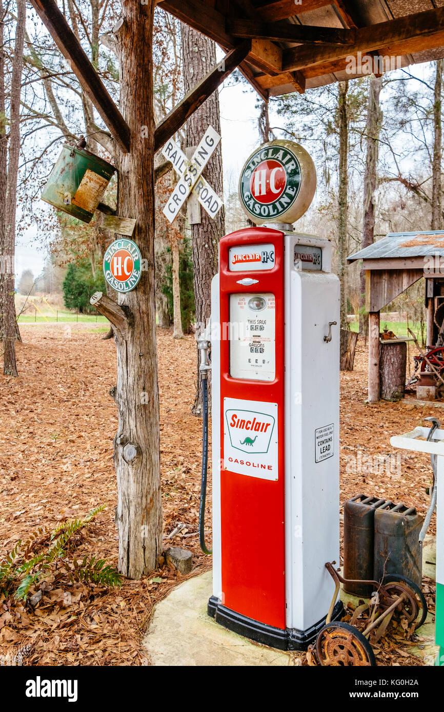 Vintage 1930\'s Sinclair HC antique gas pump on display in rural ...