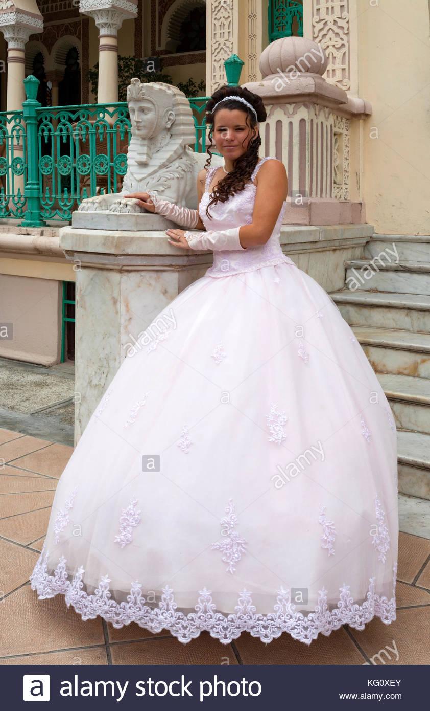 Braut im Hochzeitskleid vor dem Palacio de Valle bei Cienfuegos ...