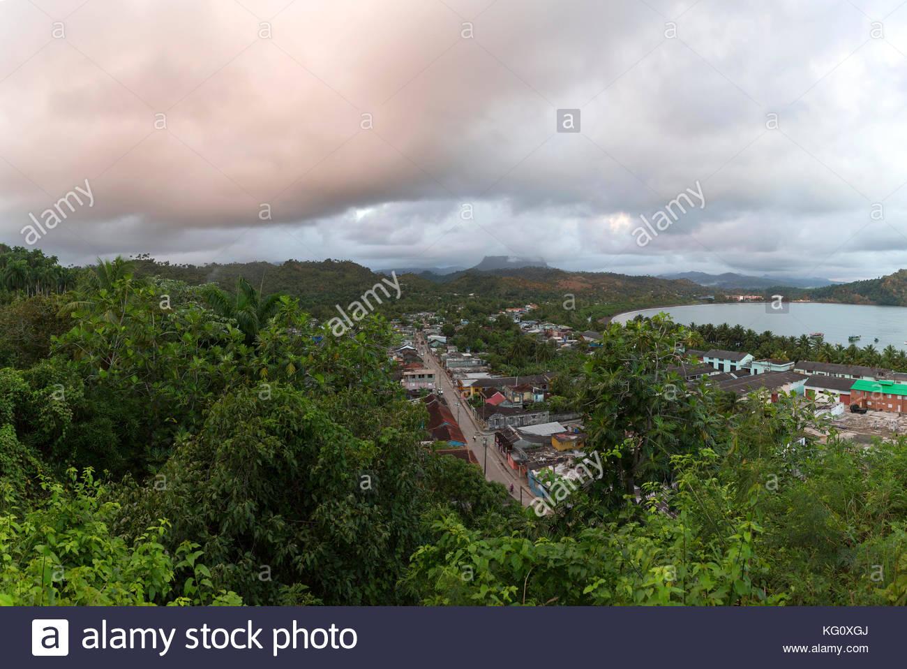 Stadtteil von Baracoa mit dem Tafelberg El Yunque im Hintergrund, , Kuba Engl.: Cuba, Baracoa, suburb with table - Stock Image
