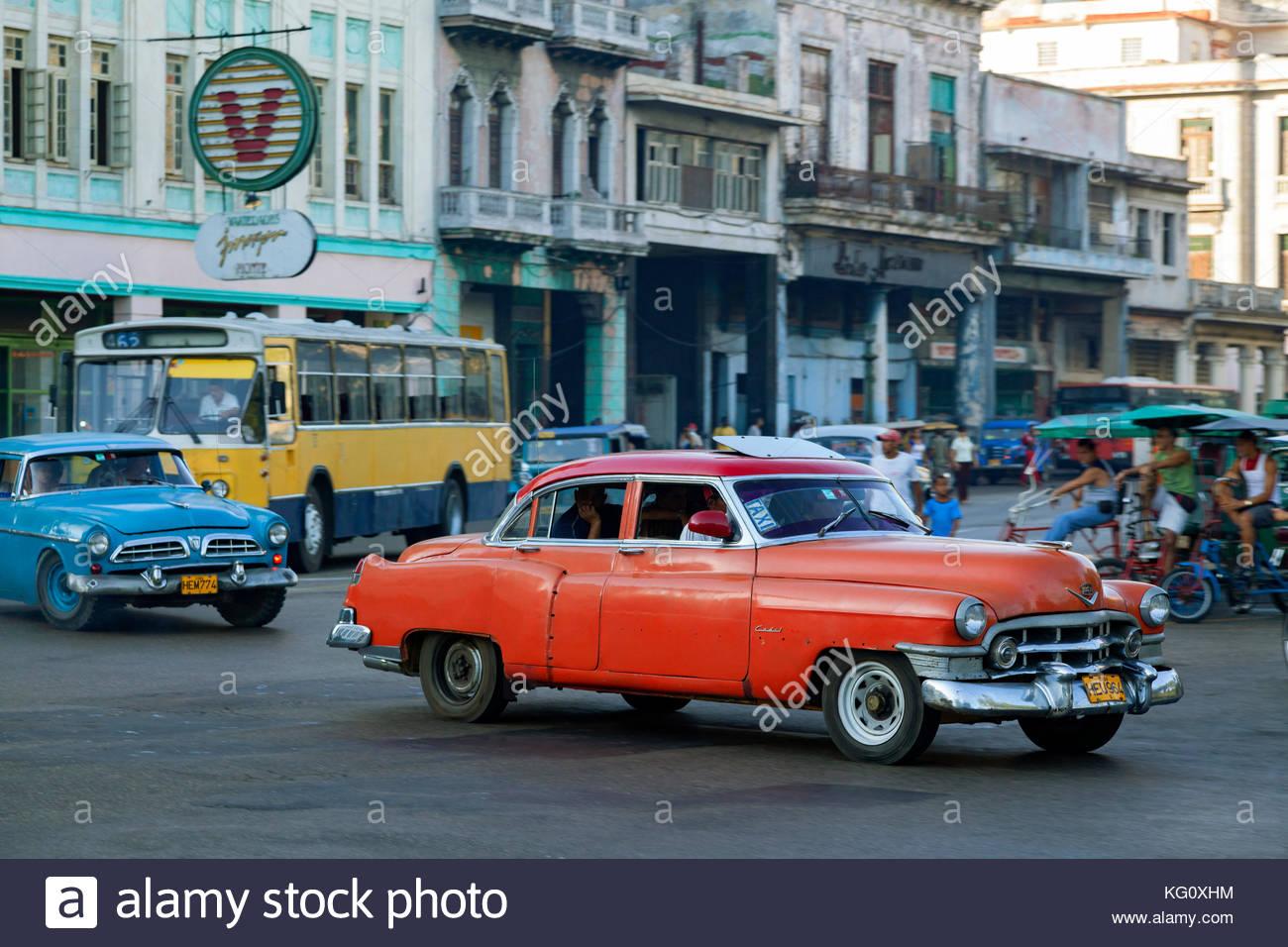 Oldtimer im Stadtteil Centro, Havanna, Kuba Engl.: Cuba, Havanna, Centro, american cars, taxi, cab, traffic, rush - Stock Image