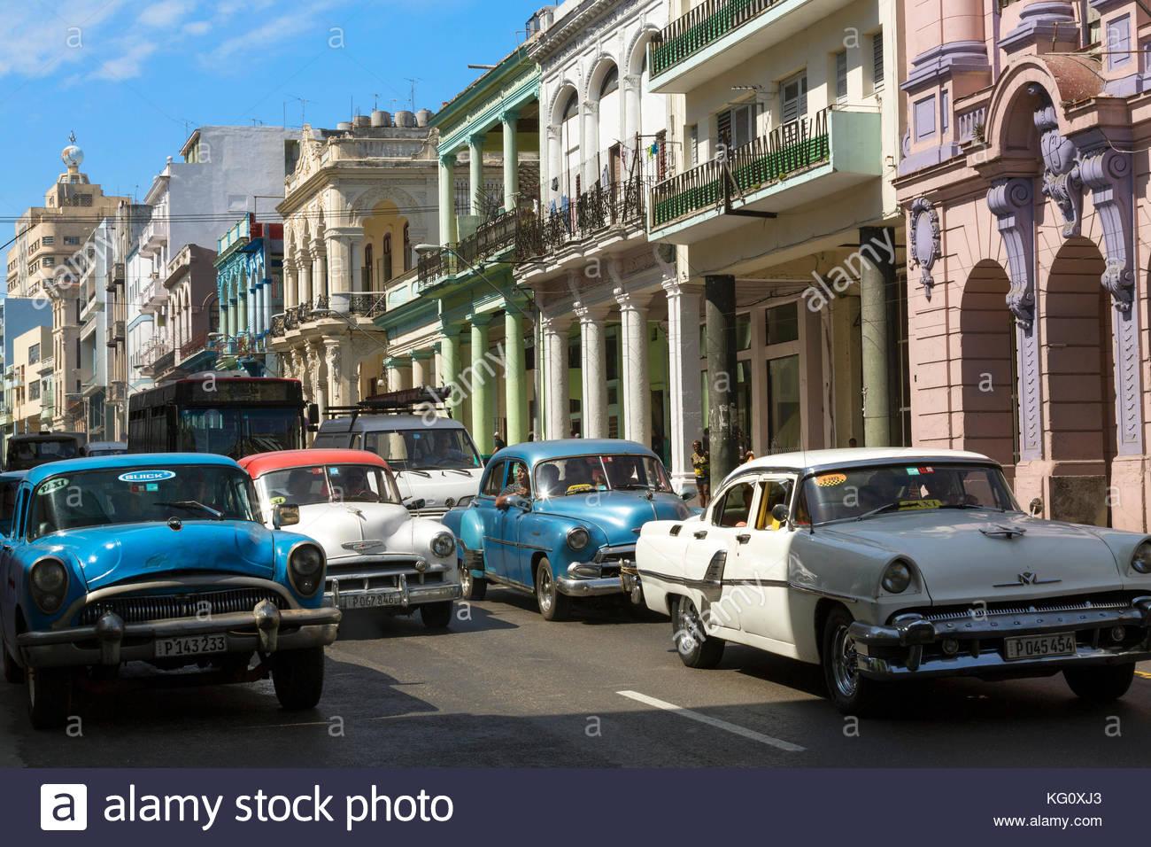 Autoverkehr in der Calle Neptuno, Stadtteil Centro, Havanna, Kuba Engl.: Cuba, Havana, Calle Neptuno, traffic, old - Stock Image