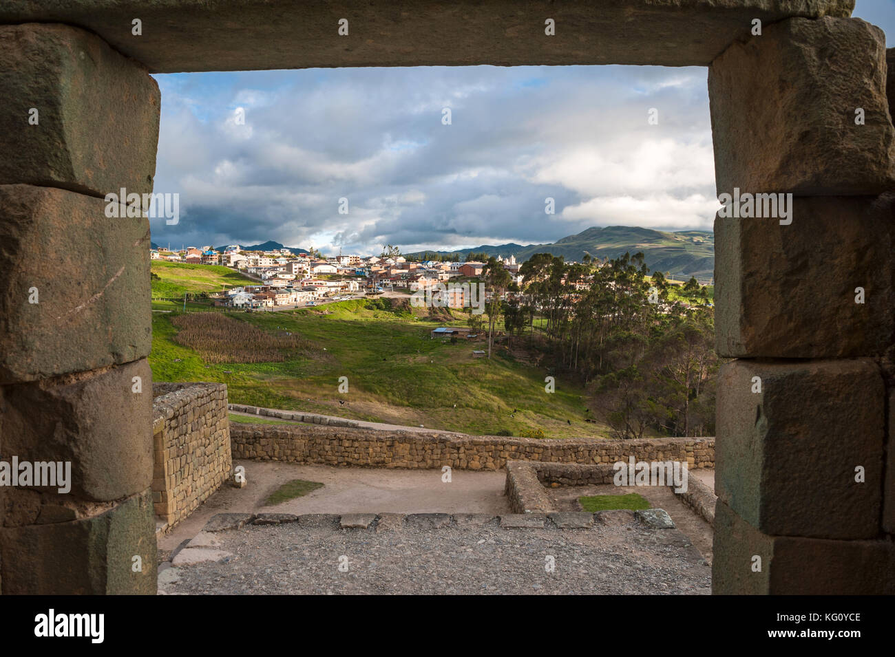 Ingapirca Inca wall, largest known Inca ruins in Ecuador, and new town - Stock Image