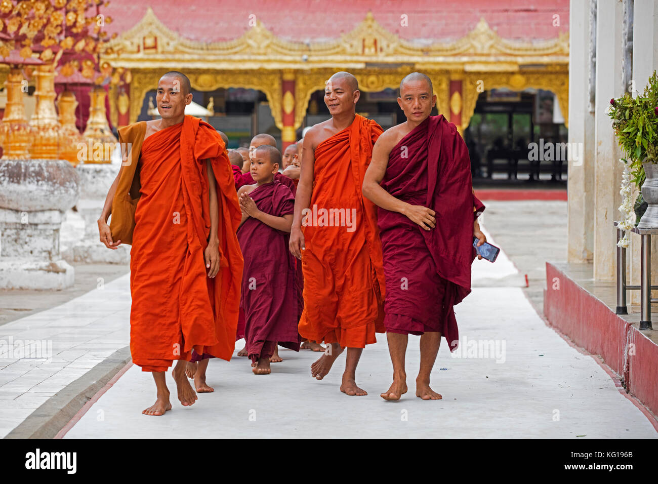 Buddhist monks and novices at the Shwezigon Pagoda / Shwezigon Paya, golden temple in Nyaung-U near Bagan / Pagan, - Stock Image