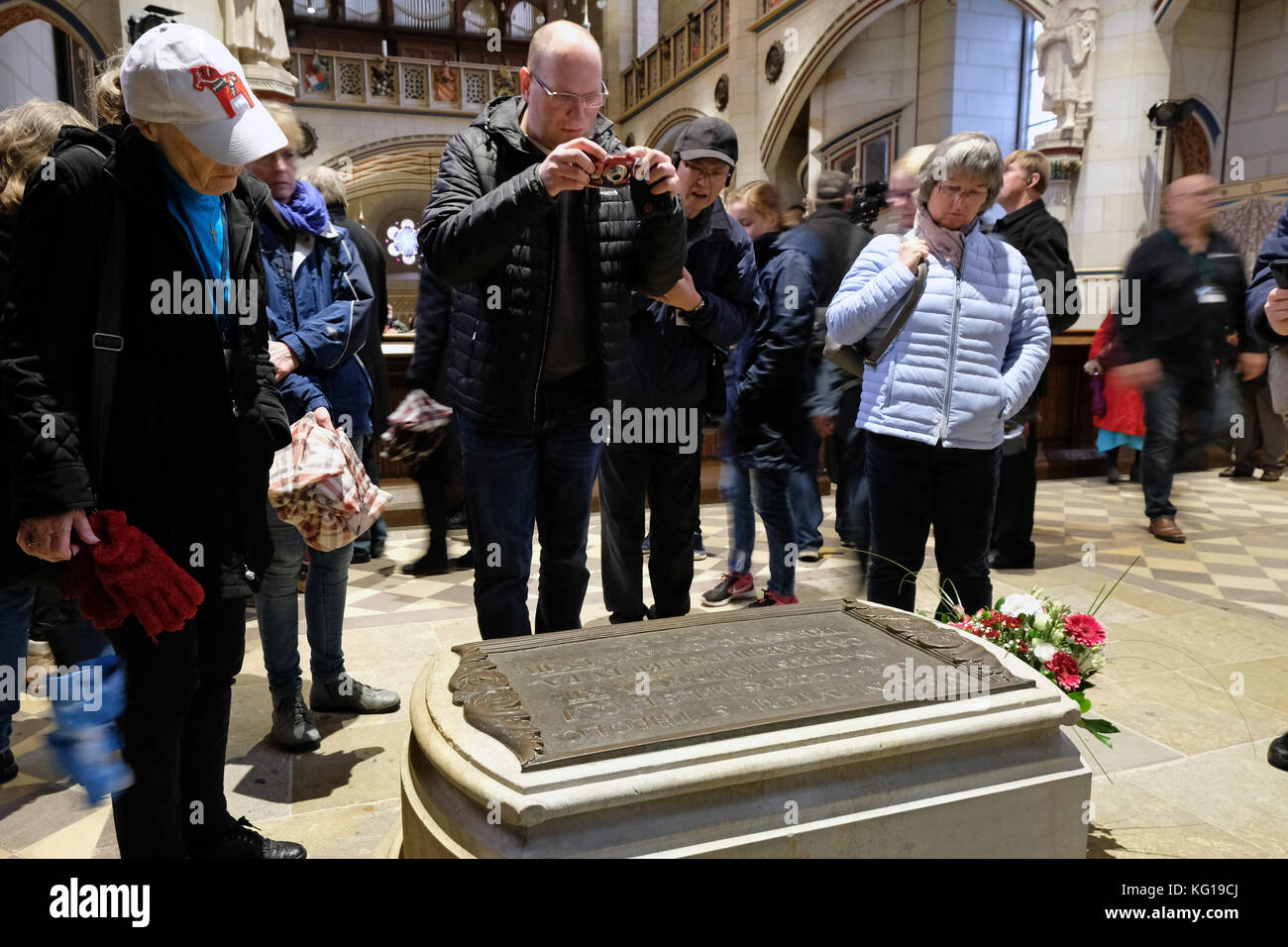 Visitors at the tomb of the church reformer Martin Luther (1483 - 1546) in the castle church in Wittenberg (Saxony - Stock Image