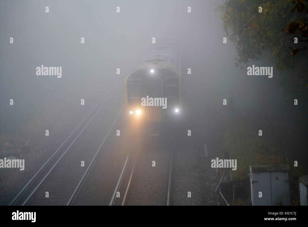 Station Lane, Milford. 2nd Nov, 2017. UK Weather. High pressure anticyclonic conditions caused overnight temperatures - Stock Image