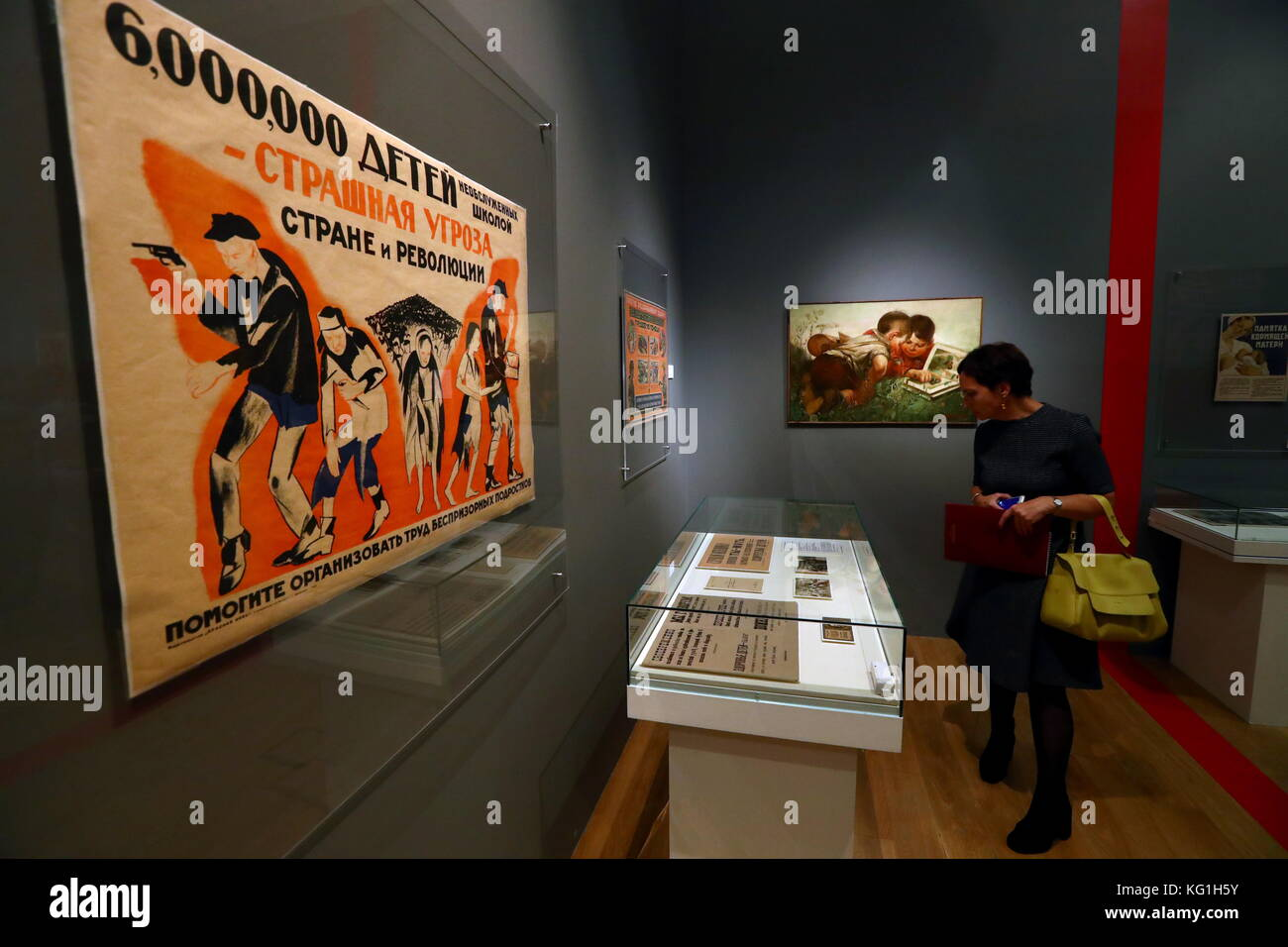 Moscow, Russia. 2nd Nov, 2017. A visitor views showpieces at an exhibition titled 'The Energy of a Dream. To - Stock Image