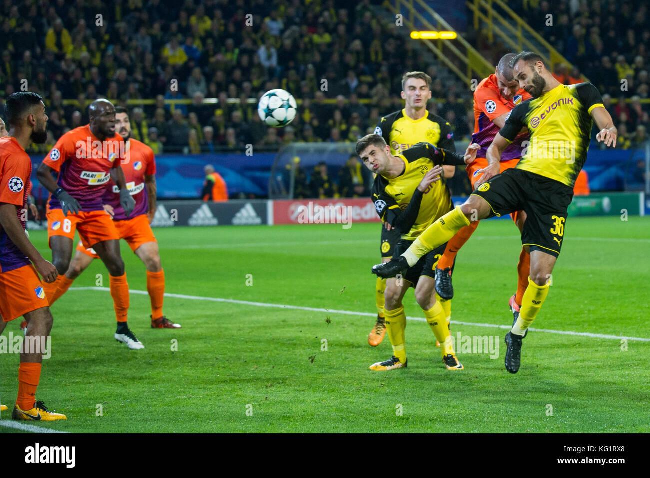 Dortmund, Deutschland. 01st Nov, 2017. Oemer TOPRAK (Omer, DO) heads the ball auf das goal, Aktion, Kampf um den - Stock Image