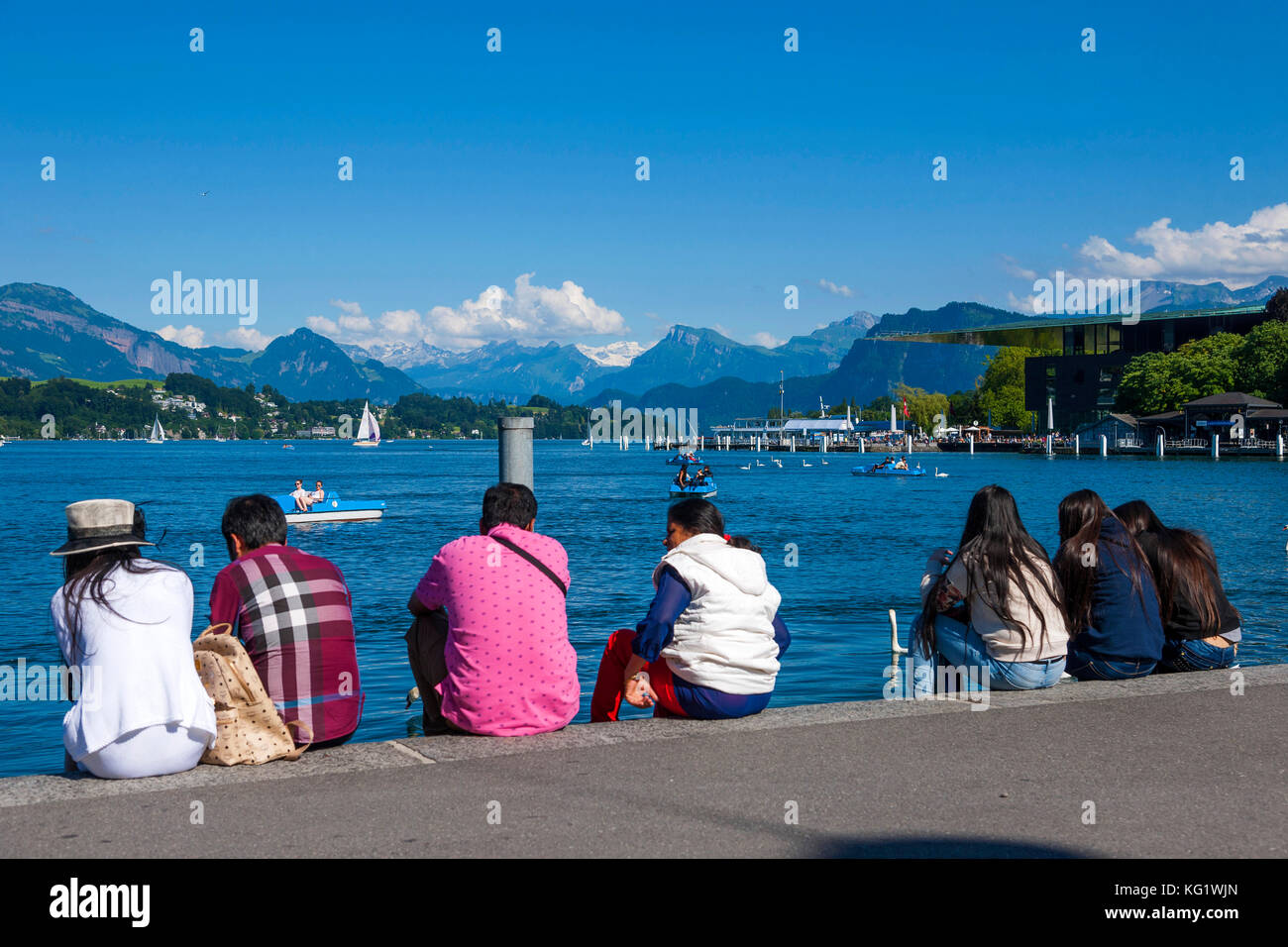 Luzern, Schweiz :  Vierwaldstättersee, Touristen am Ufer des Vierwaldstättersee - Stock Image
