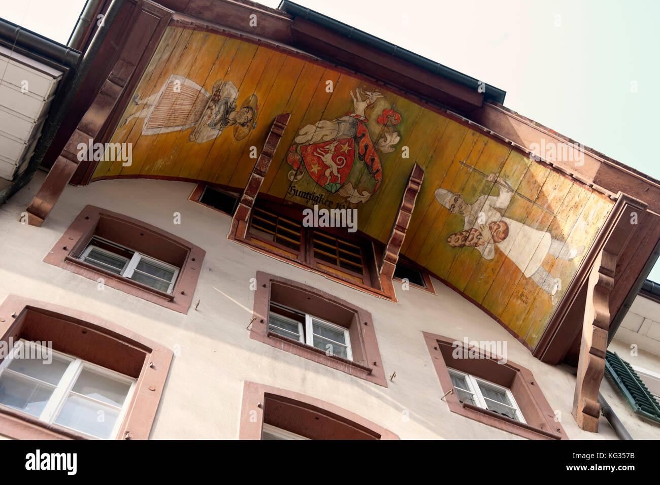 Aarau, Kanton Aargau, Schweiz : Ründe :  Halbwalmdach mit Bogenschild (Bogengiebel oder Bogenschalung am Giebel) - Stock Image