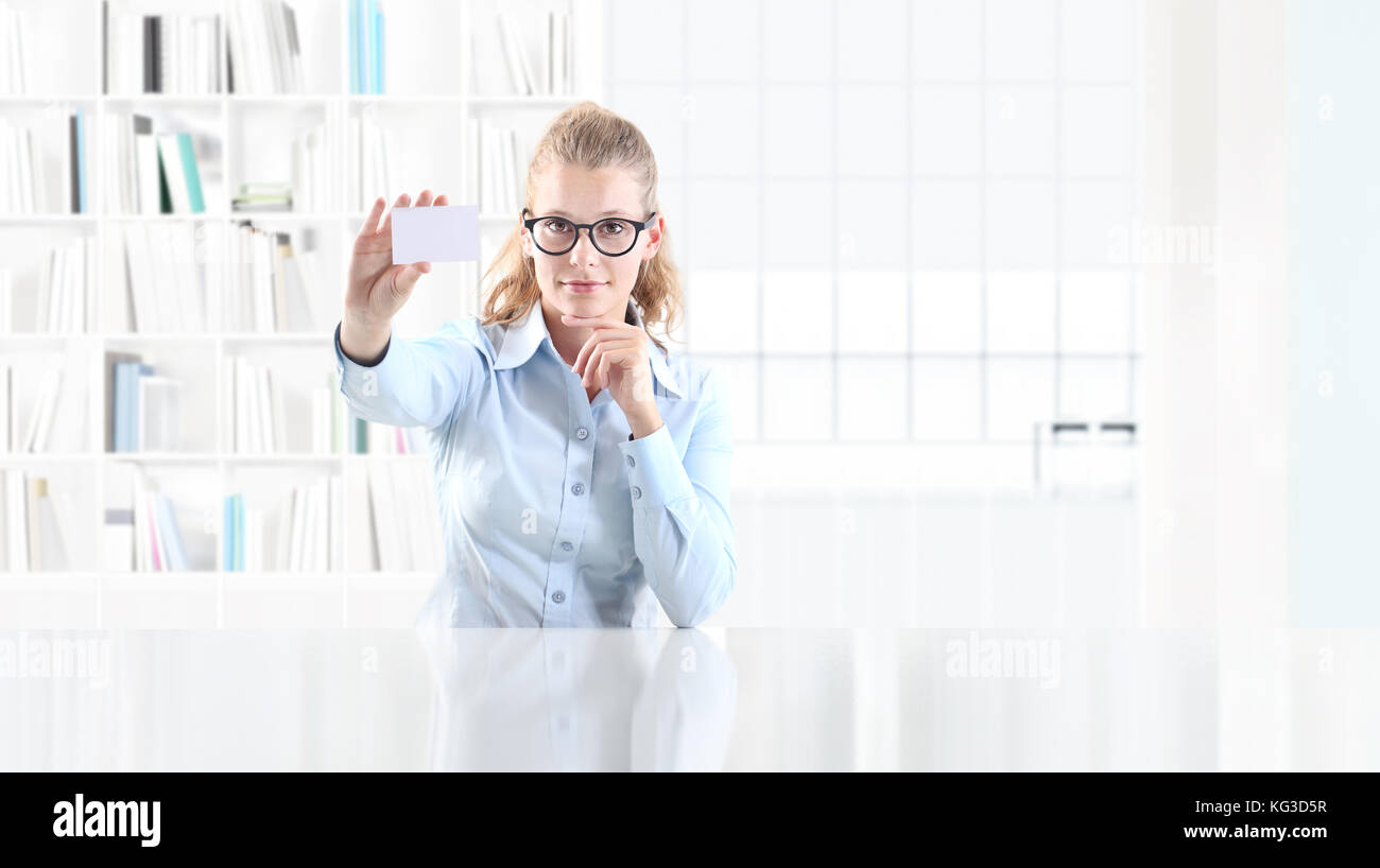 woman in office show blank business card Stock Photo: 164804019 - Alamy