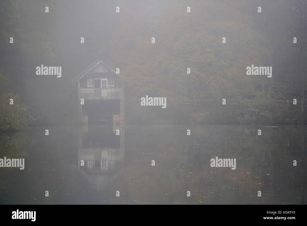 Winkworth Arboretum, Godalming. 03rd November 2017. High pressure anticyclonic conditions caused overnight temperatures - Stock Image