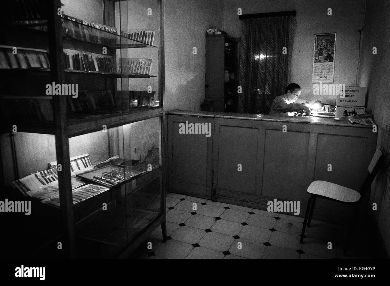 Antonio Gonzalez works at his extinct watch workshop in the Hospital street of Barcelona, Spain. Date: 10/06/2005. - Stock Image
